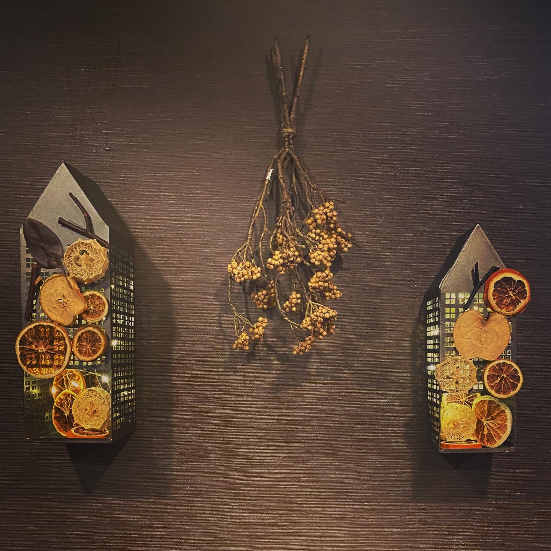 秋チックスタンバイ9月13日からの営業再開に向けて、秋チックスタンバイ完了~手作りランプ…オレンジ、ライム、林檎、さつまいもにヘチマも使った、これもドライフルーツなんだよね、食べられないけど明かりが灯ると綺麗なんだな…#カフェバー #Cafebar#心地よい空間#金沢片町 #楽しいひと#るたん#letemps#Letemps#CafeBAR_Le_temps#カフェバー_るたん#おひとり様でも#犀川沿いの夜景#景色が良い #お酒と音楽が楽しめる#歌えるカフェバー#静岡出身です#猫好きです#秋チック#手作りランプ#ドライフルーツ#営業再開 - 金沢片町るたん